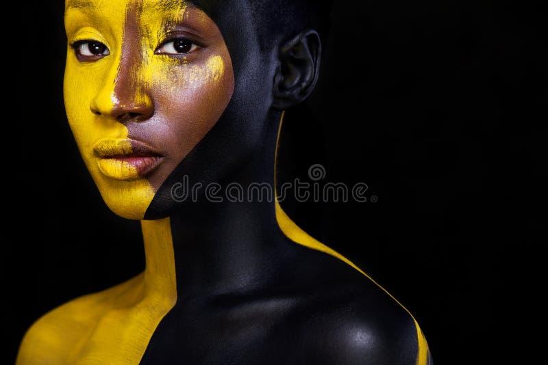 Maquillage noir et jaune Jeune femme africaine gaie avec le maquillage de mode d'art image libre de droits