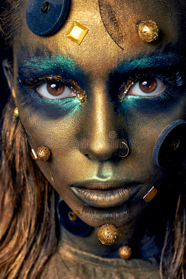 Maquillage peu commun cosmique avec les éléments décoratifs sur le visage, peau d'or photos libres de droits