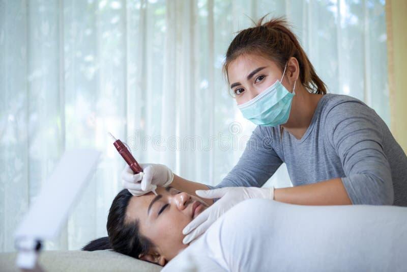 Maquillage professionnel s'appliquant sur le sourcil images stock