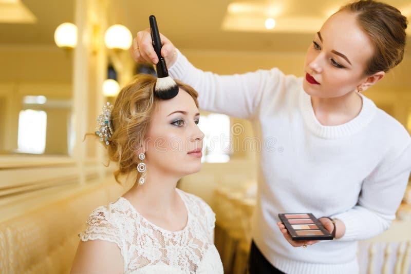 Maquillaje antes de la boda fotografía de archivo libre de regalías
