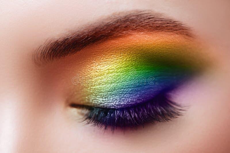 Maquillaje colorido del arco iris en ojo de la mujer fotos de archivo