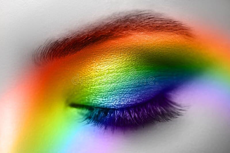 Maquillaje colorido del arco iris en ojo de la mujer imagen de archivo libre de regalías