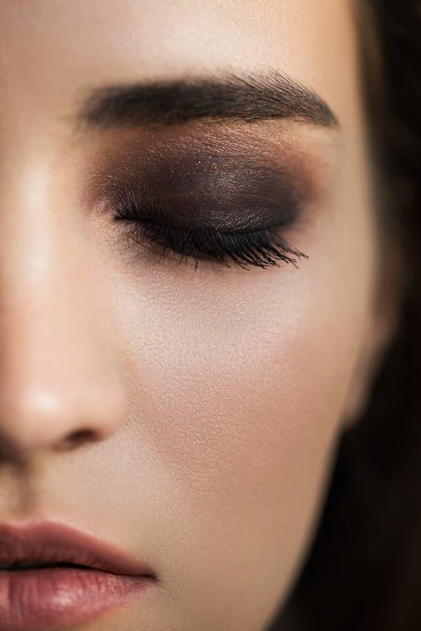 Maquillaje colorido del ojo del maquillaje párpados marrones fotos de archivo