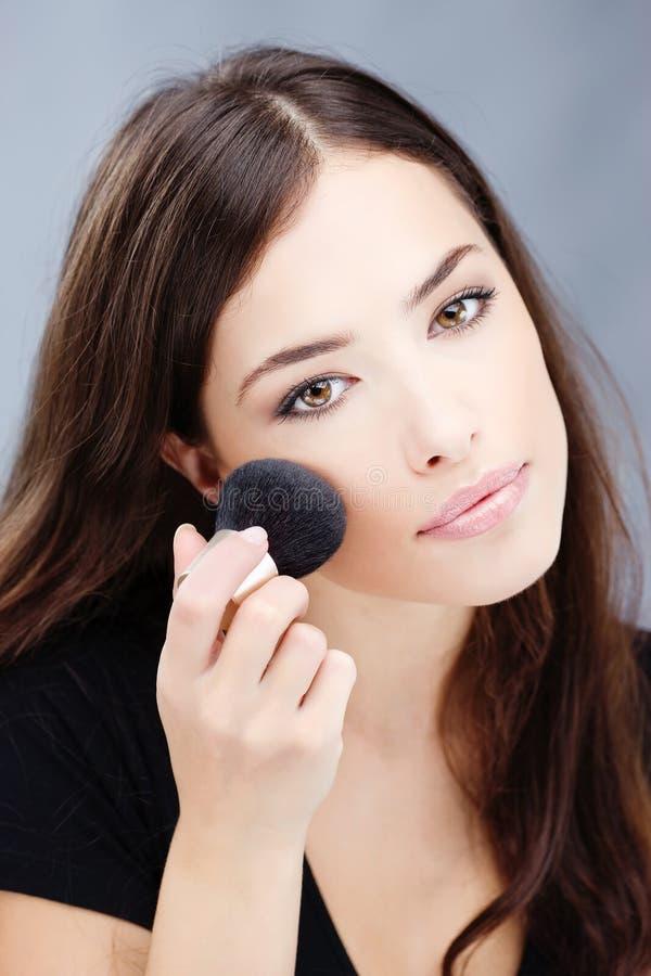Maquillaje con el cepillo del polvo fotos de archivo libres de regalías