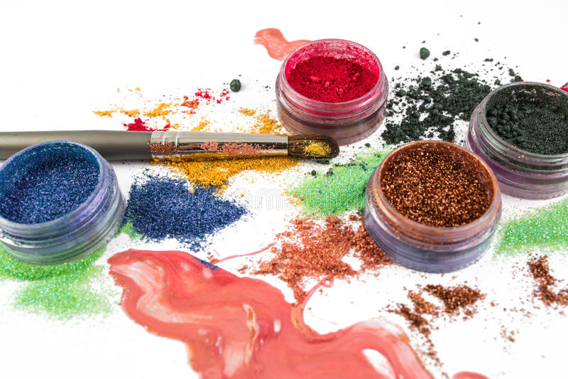 maquillaje Conjunto del maquillaje cepillo Brillo colorido lipgloss, colorete, sombreadores de ojos, en un fondo blanco fotografía de archivo