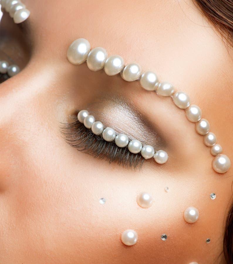 Maquillaje creativo con las perlas imágenes de archivo libres de regalías