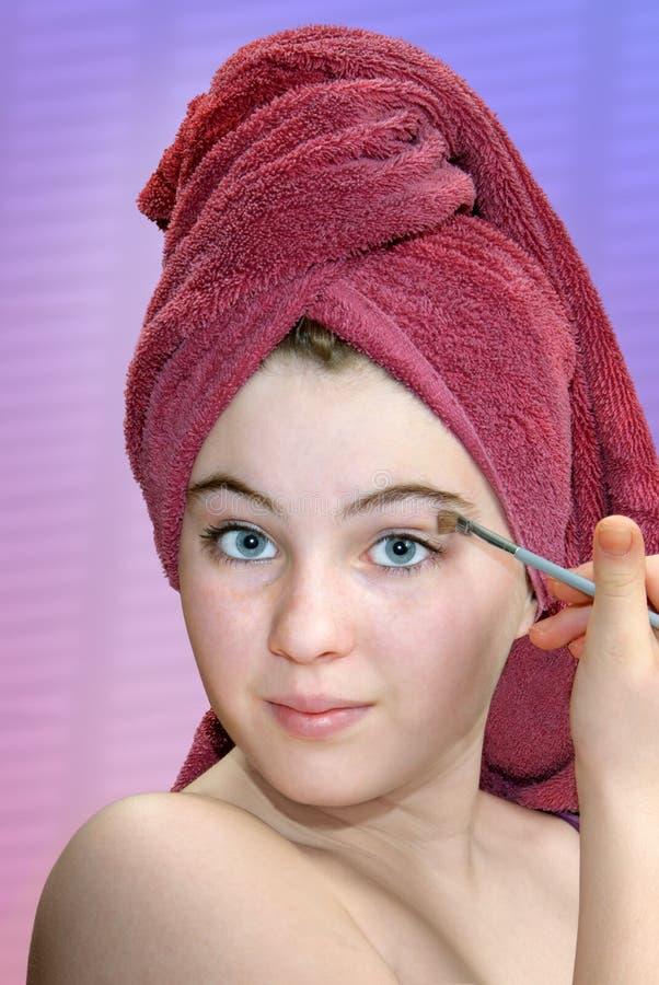 Maquillaje de aplicación adolescente foto de archivo libre de regalías
