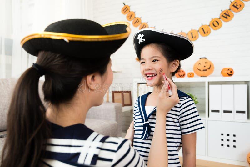 Maquillaje de Halloween del juego de la muchacha y de la madre imágenes de archivo libres de regalías
