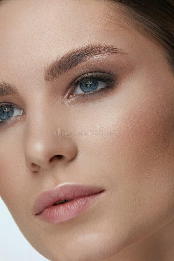 Maquillaje de la belleza Cara de la mujer con maquillaje de los ojos y de las cejas fotografía de archivo libre de regalías