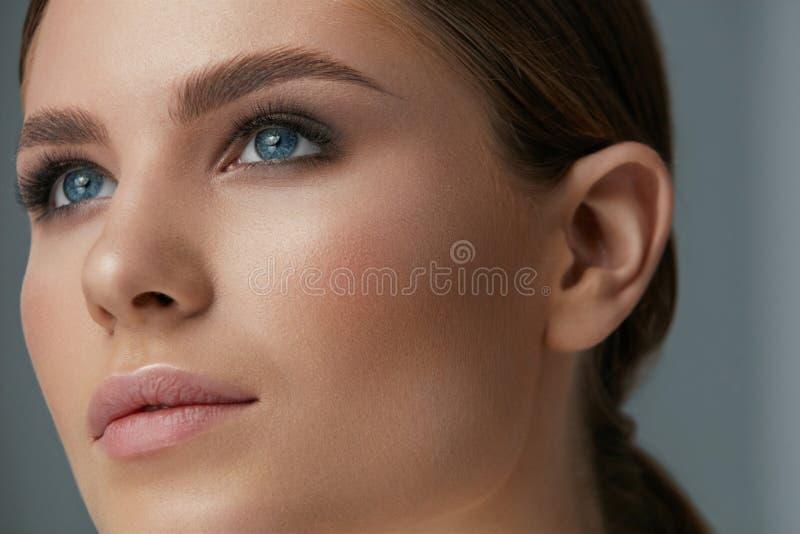 Maquillaje de la belleza Cara de la mujer con maquillaje de los ojos y de las cejas fotos de archivo