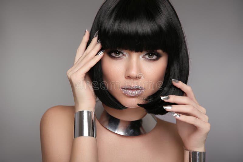 Maquillaje de la belleza, clavos polacos Manicured de plata Peinado de Bob Fas foto de archivo