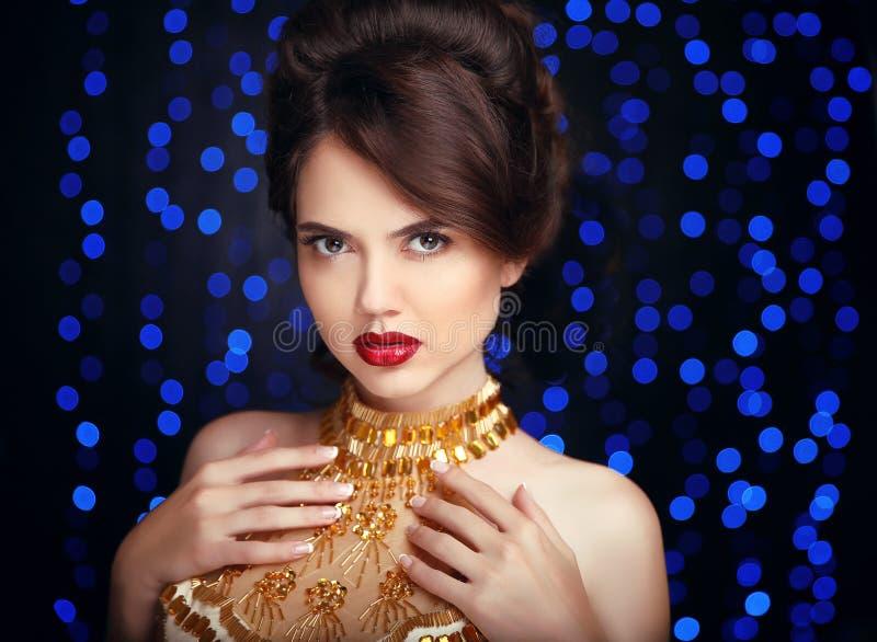 Maquillaje de la belleza Mujer elegante hermosa en vestido de oro de la moda imagen de archivo