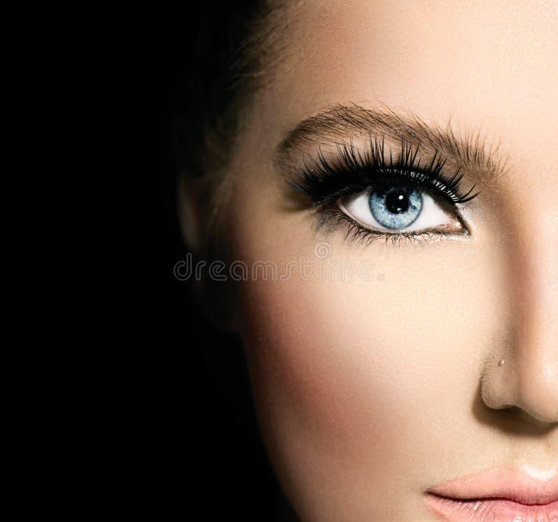 Maquillaje de la belleza para los ojos azules fotos de archivo