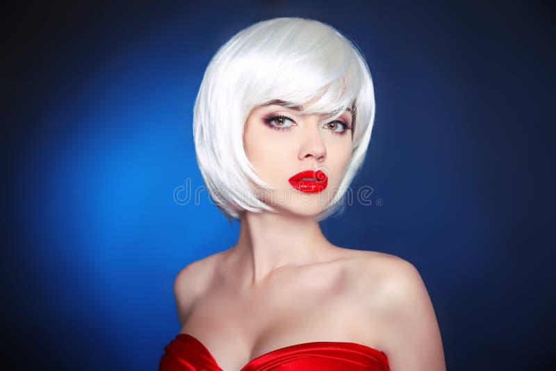 Maquillaje de la belleza Peinado corto Estilo de pelo blanco de la sacudida Blonde usted imagen de archivo libre de regalías