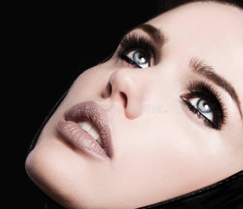 Maquillaje de la cara de la belleza la mujer con el palillo Extensiones de las pestañas foto de archivo