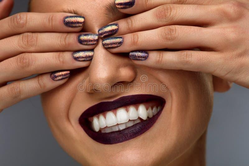 Maquillaje de la manera Mujer con los clavos, el lápiz labial y la sonrisa oscuros del blanco imágenes de archivo libres de regalías