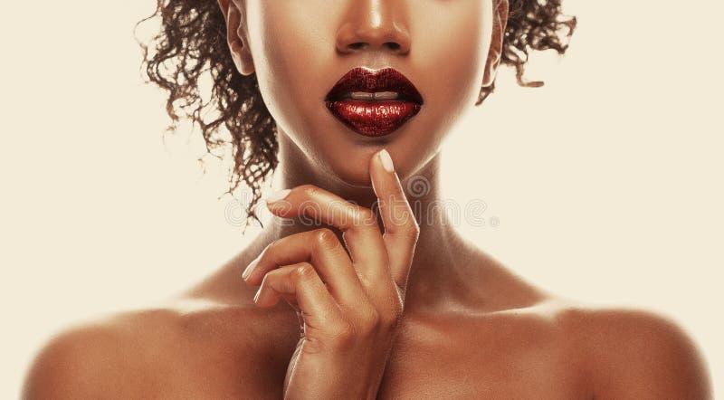 Maquillaje de la manera Primer de la mujer joven afroamericana de los labios foto de archivo libre de regalías