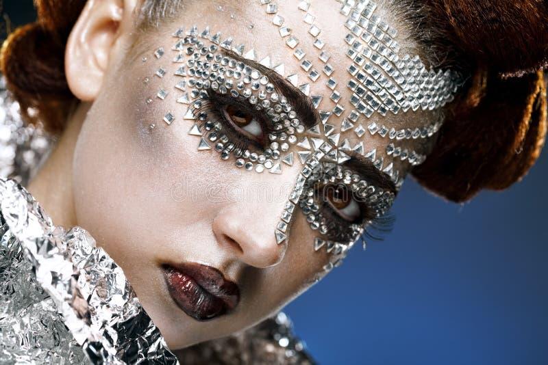 Maquillaje de la mujer de la belleza con los cristales en cara fotografía de archivo libre de regalías