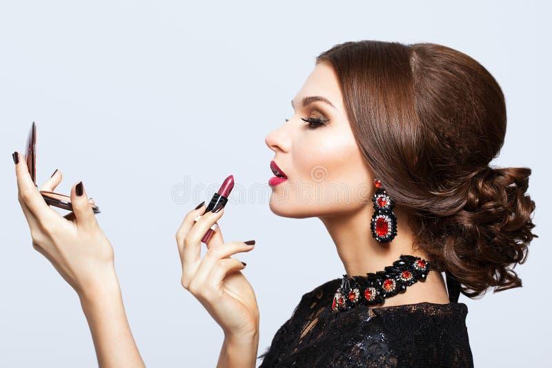 Maquillaje de la mujer morena hermosa joven en vestido negro con el labio imagen de archivo libre de regalías
