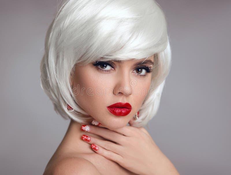 Maquillaje de la Navidad Maquillaje rojo de los labios Primer rubio hermoso de la muchacha imágenes de archivo libres de regalías