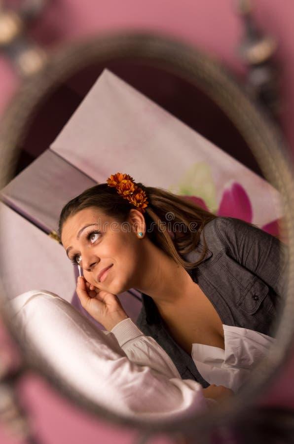 Maquillaje de la novia en el espejo imagen de archivo libre de regalías