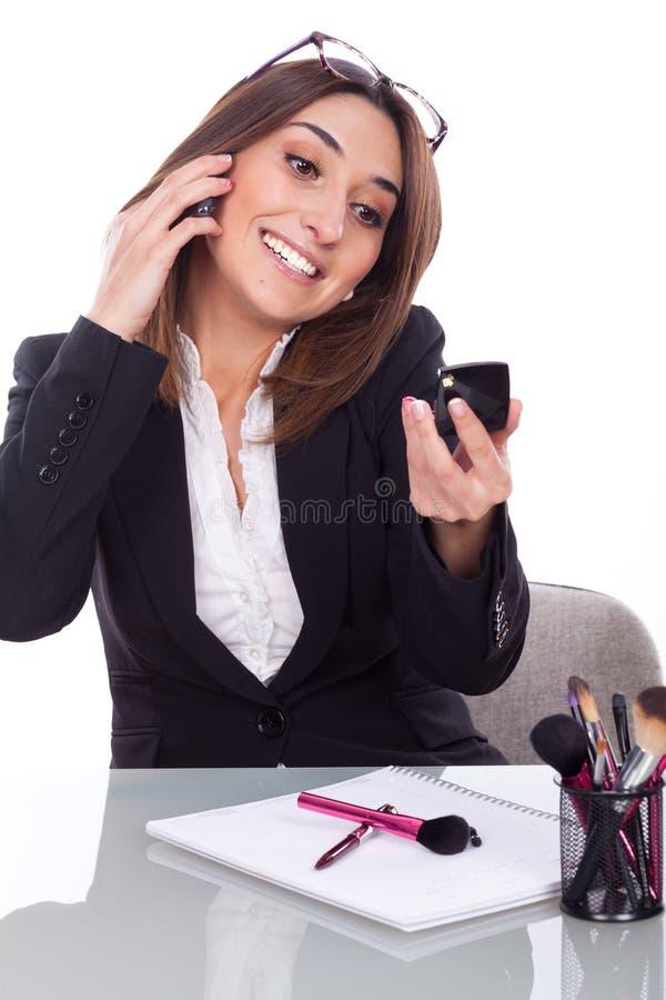 Maquillaje de las mujeres en el trabajo foto de archivo libre de regalías