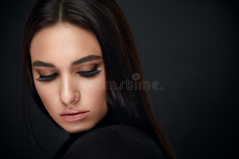Maquillaje de las pestañas Cara de la belleza de la mujer con extensiones negras de los latigazos imagen de archivo