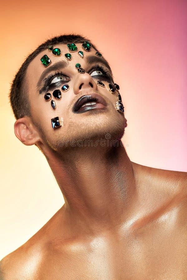 Maquillaje del arte de la fantasía hombre con los diamantes artificiales y las joyas foto de archivo