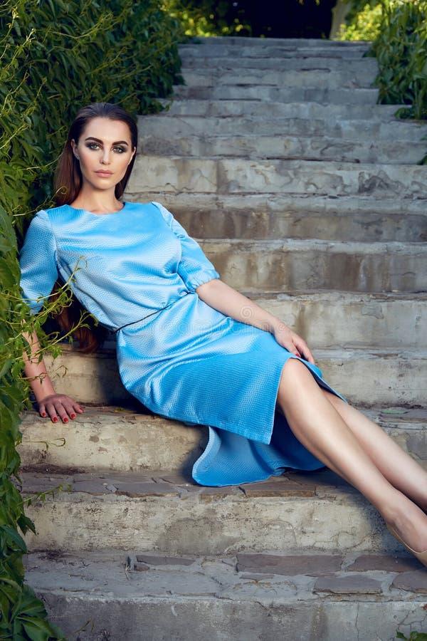 Maquillaje del brillo del sol del parque del paseo del vestido de la mujer que lleva atractiva hermosa imagen de archivo