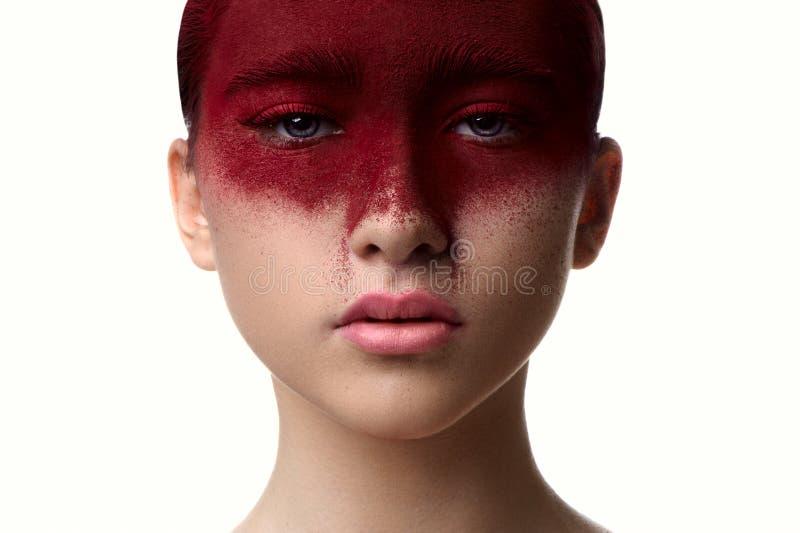 Maquillaje del color rojo en modelo de la belleza de la cara con los labios rosados imágenes de archivo libres de regalías