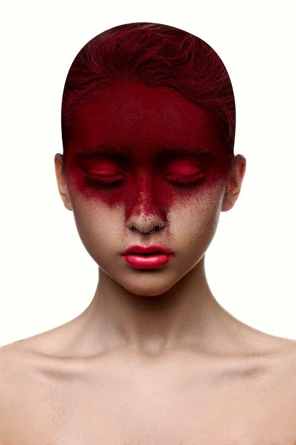 Maquillaje del color rojo en muchacha de la belleza de la cara con los labios rosados fotos de archivo libres de regalías