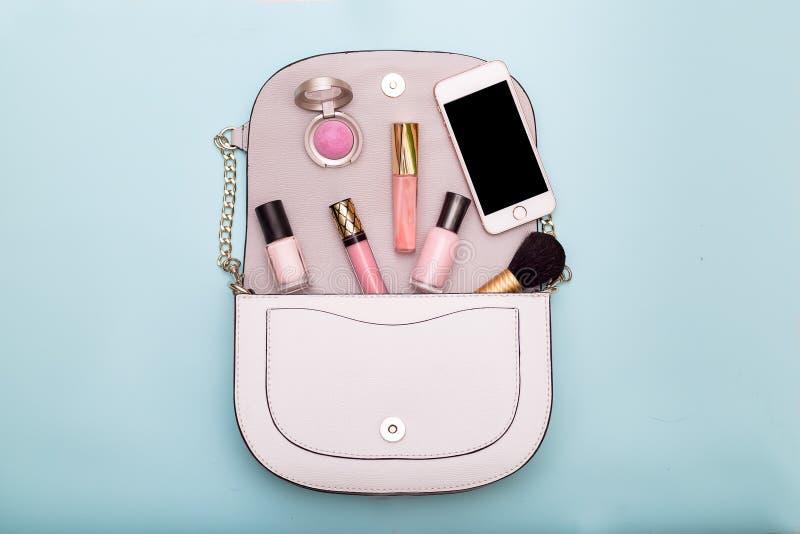 Maquillaje del cosmético de la moda Accesorios del ` s de las mujeres en un bolso foto de archivo libre de regalías