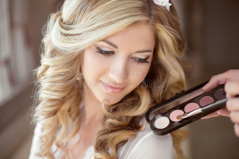 Maquillaje del polvo de la sombra de ojos Retrato atractivo de la novia de la muchacha con lo imágenes de archivo libres de regalías