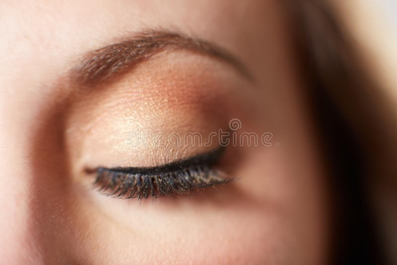 Maquillaje femenino del ojo con sombreador de ojos imagen de archivo libre de regalías