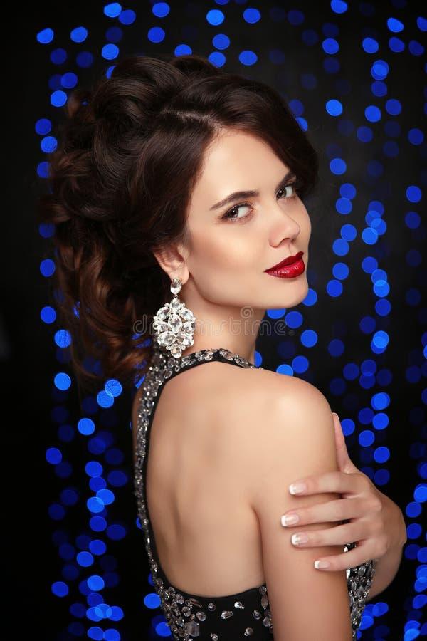 maquillaje forme los pendientes, mujer hermosa en el vestido moldeado, elega imagen de archivo libre de regalías