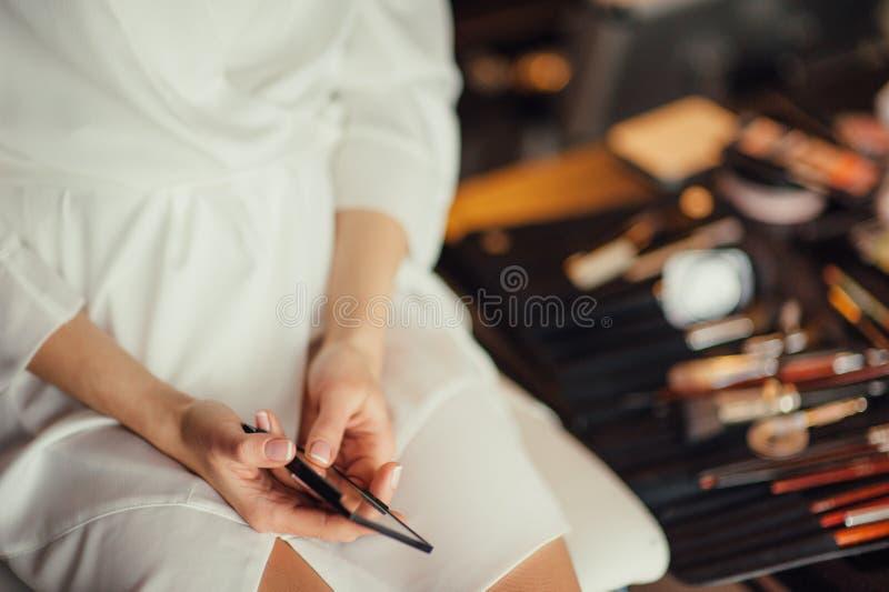 Maquillaje hermoso de la boda del retrato de la novia, peinado de la boda, vestido de boda foto de archivo