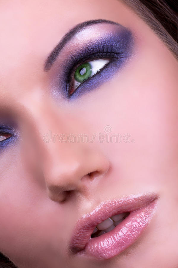 Maquillaje hermoso de la manera del ojo femenino foto de archivo libre de regalías