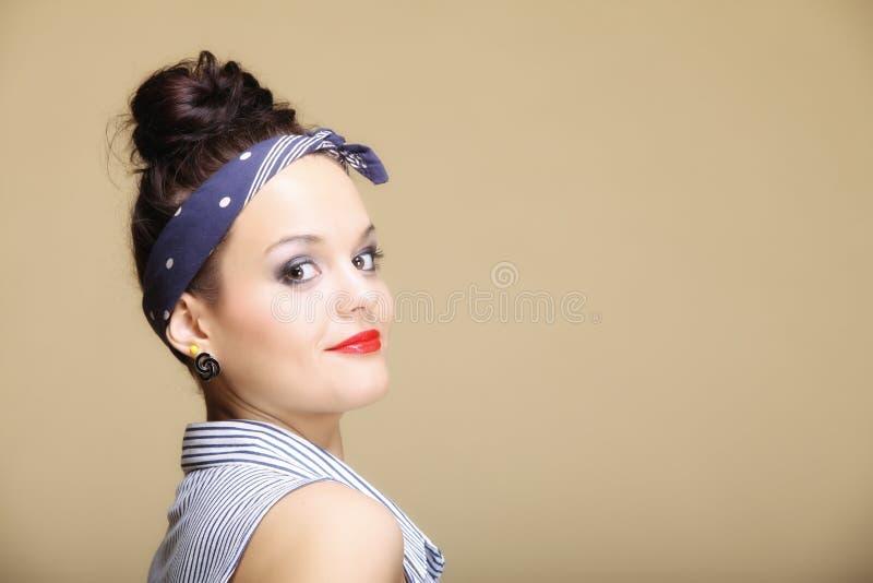 Maquillaje hermoso joven de la suposición de la muchacha y bollo del pelo foto de archivo libre de regalías