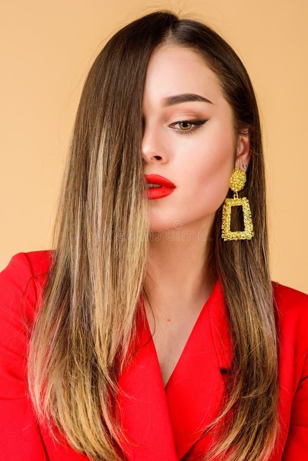 Maquillaje impecable y joyer?a perfecta La mujer lleva los pendientes atractivos Tendencia de la moda Bazar magn?fico de Estambul foto de archivo libre de regalías