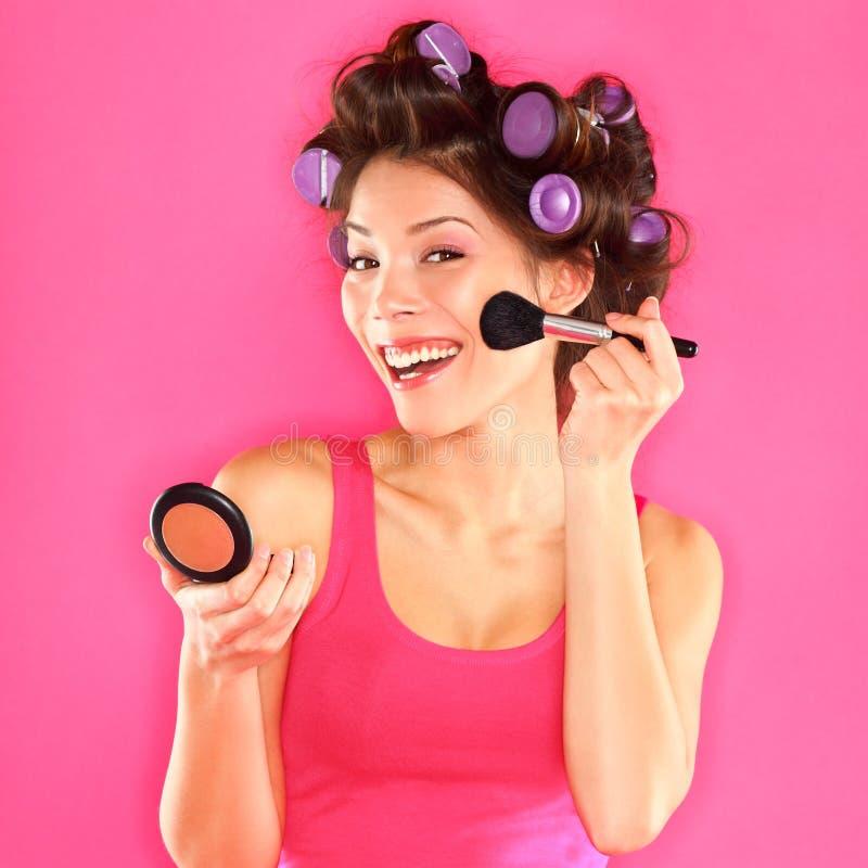 Maquillaje - la mujer que pone maquillaje se ruboriza imagen de archivo libre de regalías