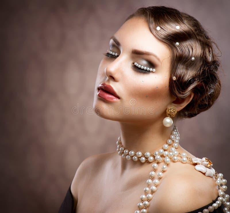 Maquillaje labrado retro con las perlas imagen de archivo libre de regalías