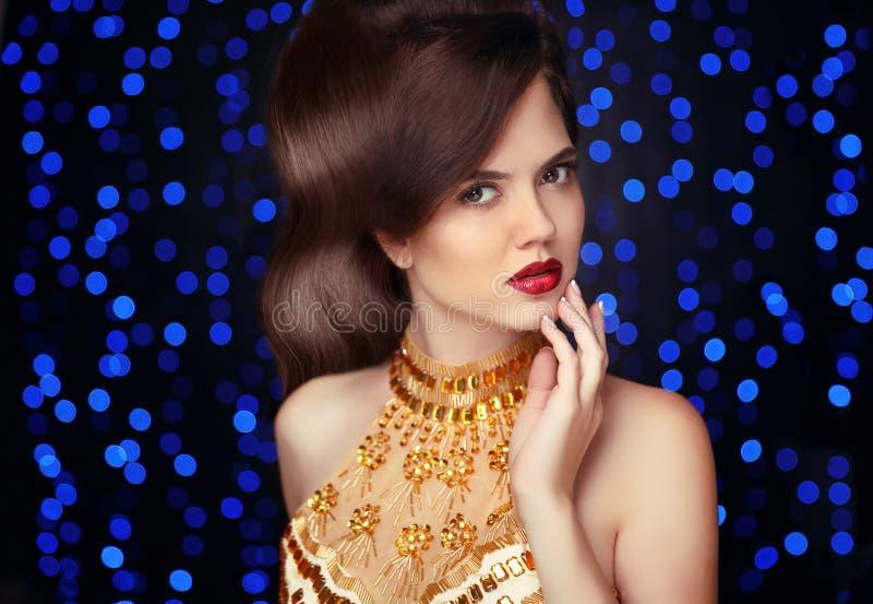 maquillaje Mujer hermosa en oro, señora elegante de la moda en expensi imagen de archivo libre de regalías