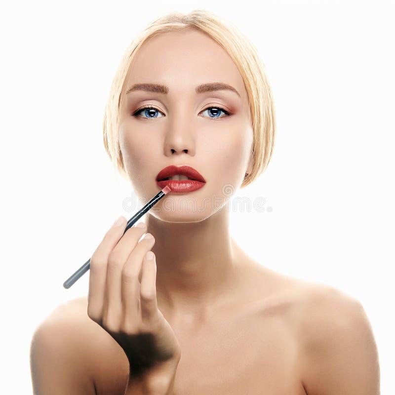 Maquillaje mujer rubia con el lápiz labial rojo imágenes de archivo libres de regalías