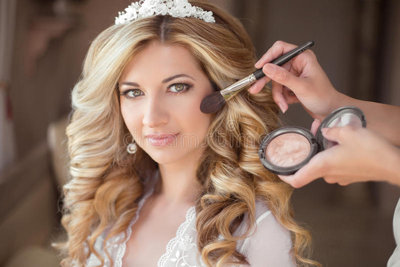 Maquillaje Novia sonriente atractiva en el día de boda Hermoso fotos de archivo libres de regalías