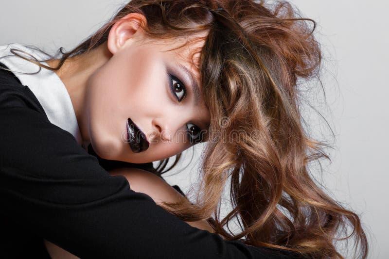 Maquillaje oscuro Muchacha joven hermosa de la moda con la barra de labios negra Modelo atractivo con el maquillaje brillante osc imagenes de archivo