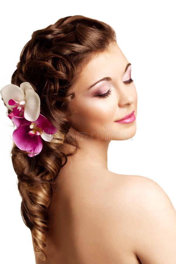 Maquillaje, peinado Mujer hermosa joven con el pelo lujoso MES fotografía de archivo
