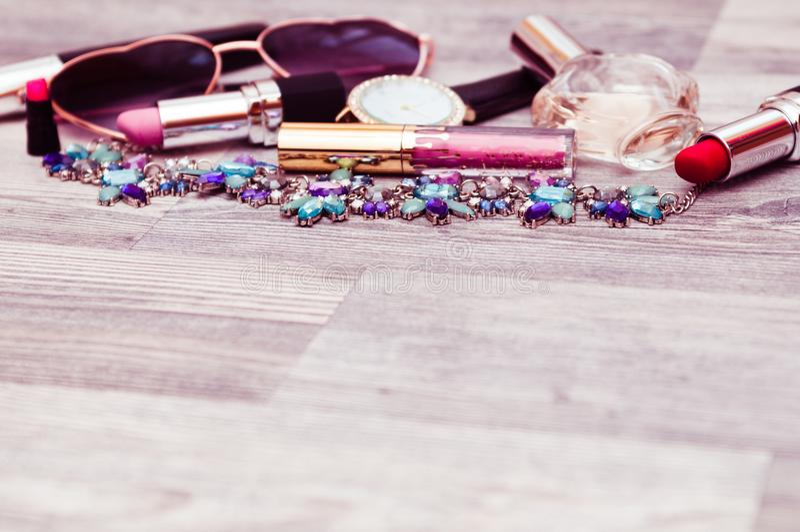 Maquillaje y cosméticos, en un fondo blanco fotos de archivo