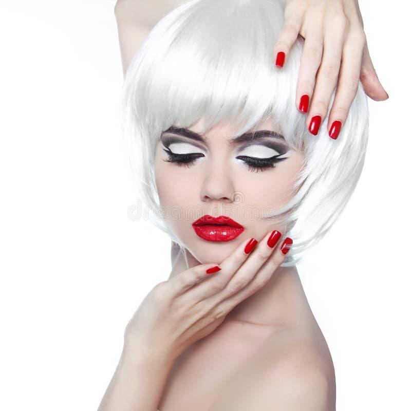 Maquillaje y peinado. Labios rojos y clavos Manicured. Galán de la moda imagen de archivo libre de regalías