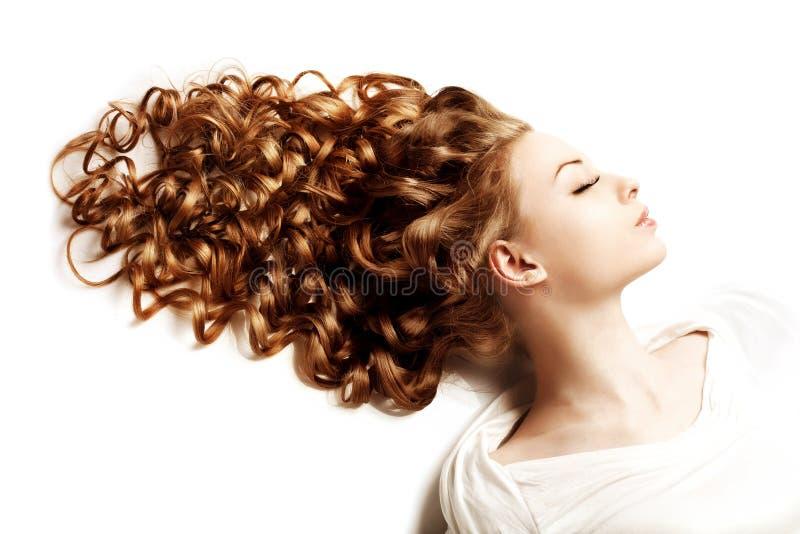 Maquillaje y peinado, rizos Mujer hermosa joven con luxuriou fotos de archivo libres de regalías