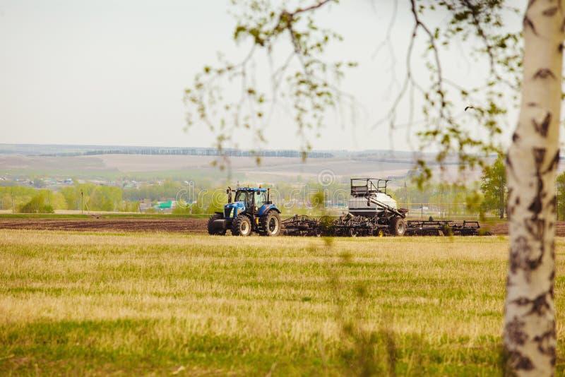 A maquinaria agrícola é contratada na sementeira de colheitas de grão fotos de stock royalty free